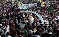 La Papa mobile, con a bordo Papa Francesco, gira tra i fedeli in piazza San Pietro