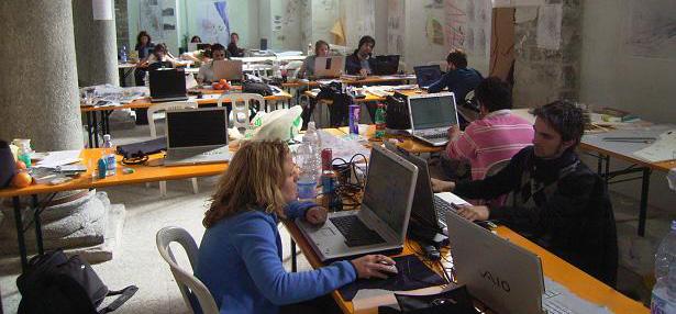 Giovani_al_lavoro_durante_un_workshop
