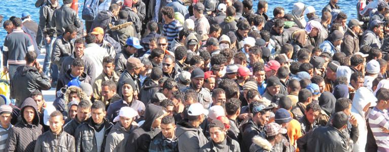 Immigrati in attesa di sbarcare in Italia