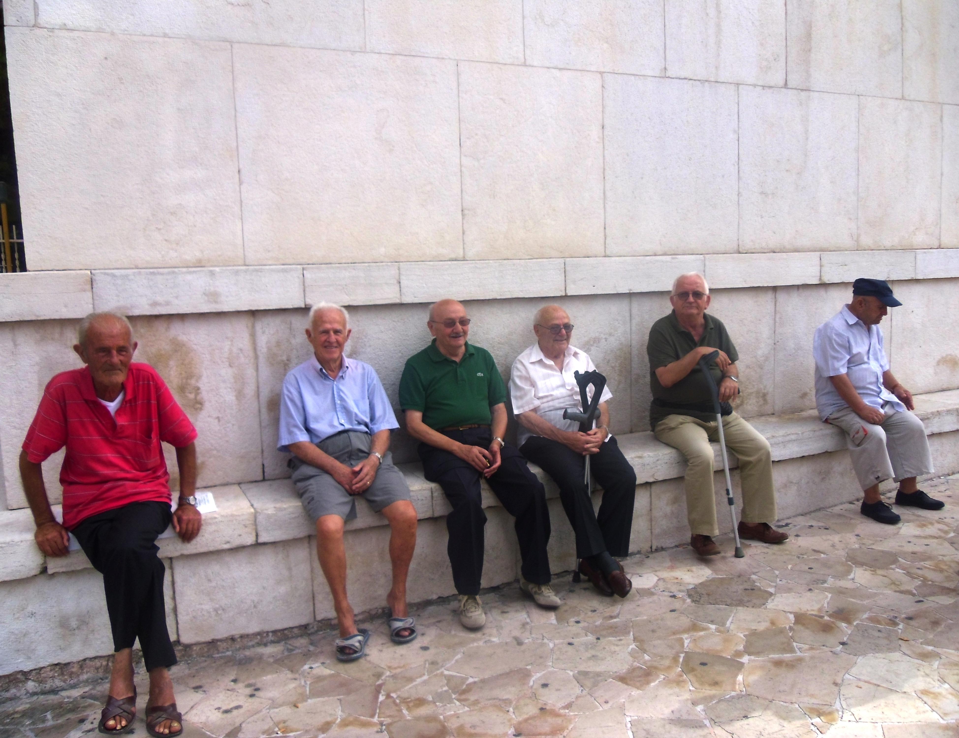 Gli anziani seduti a San Cetteo