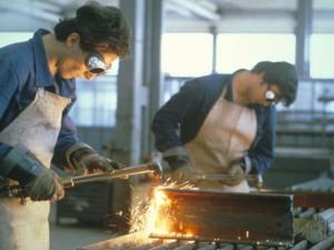 Giovani al lavoro, in fabbrica