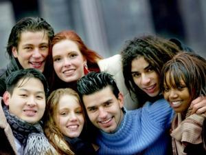 Un gruppo di giovani di razze e culture diverse