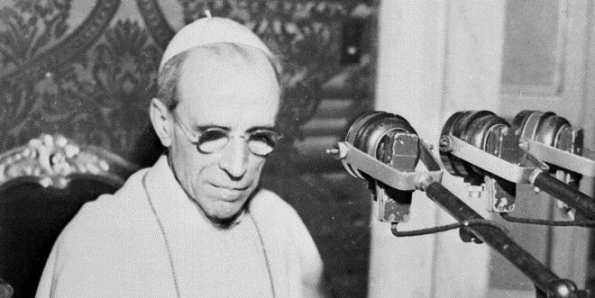 20060303 - CITTA' DEL VATICANO - CRO  -  +++PAPA: RADIO DA' VOCE A S.SEDE E DIALOGA CON IL MONDO+++  Una foto di archivio del 1947  della visita di Papa  Pio XII alla radio Vaticana. ARCHIVIO ANSA/DEF