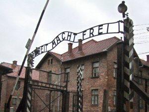 L'ingresso del campo di sterminio di Auschwitz, in Polonia