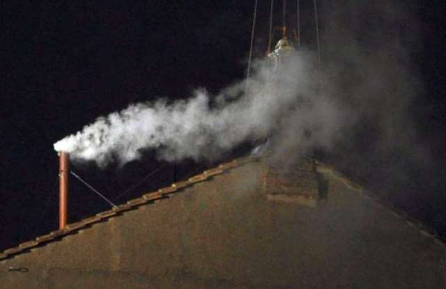 WCENTER 0XNDBDTGEI                White smoke rises from the chimney on the roof of the Sistine Chapel meaning that cardinals elected a new pope on the second day of their secret conclave at the Vatican City, 13 March 2013. ANSA/CIRO FUSCO