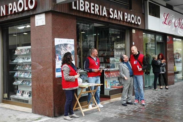 Volontari in servizio alla Colletta del libro