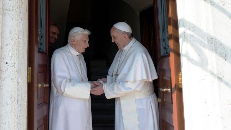 bergoglio_accoglie_ratzinger_in_vaticano