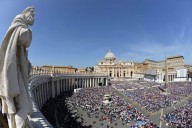 I fedeli in piazza San Pietro per l'udienza generale