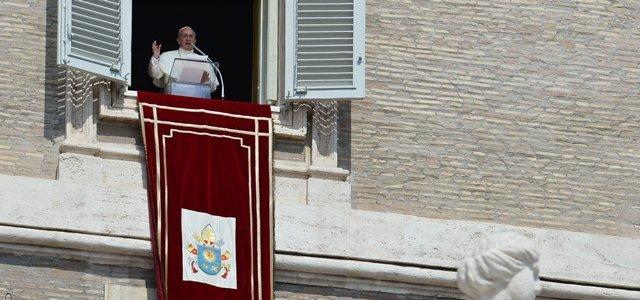 Papa Francesco, durante l'Angelus, affacciato dalla  finestra del suo studio