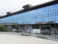 L'area antistante la stazione di Pescara centrale, dove si accampano i senza fissa dimora