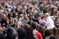Piazza San Pietro saluta Papa Francesco prima dell'udienza generale