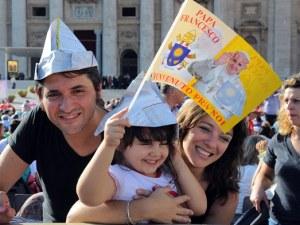 Una famiglia in visita in piazza San Pietro