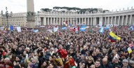 Fedeli in piazza San Pietro per assistere all'Angelus