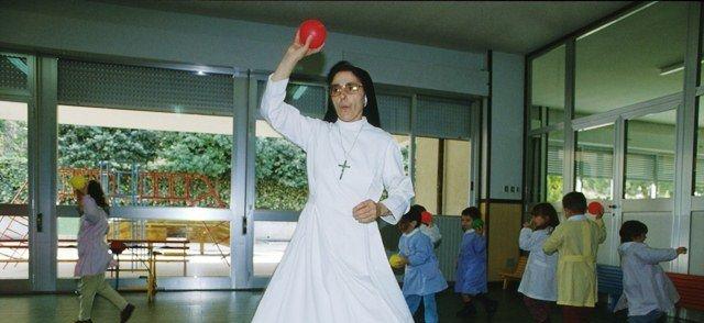 Una suora in servizio a scuola