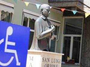 La statua di San Luigi Orione, all'interno del centro di riabilitazione pescarese
