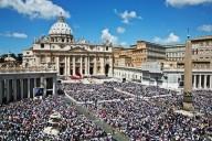 Piazza San Pietro gremita dai fedeli