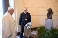 Papa Francesco inaugura il busto dedicato a Benedetto XVI