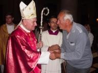 Il cardinale Comastri saluta i fedeli