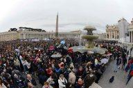 I fedeli che hanno assistito all'Angelus, nonostante la pioggia