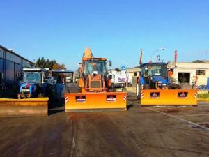 I trattori, muniti di lama spazzaneve, a disposizione di Attiva