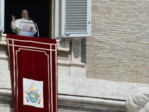 Papa Francesco pronuncia l'Angelus in piazza San Pietro