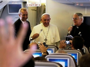 Papa Francesco a colloquio con i giornalisti, a bordo dell'aereo