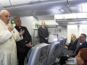 Papa Francesco parla ai giornalisti, durante il volo