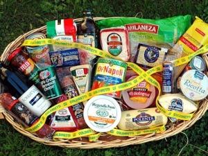 Un cesto di prodotti spacciati per italiani, ma integralmente contraffatti