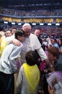 Papa Francesco saluta e abbraccia personalmente alcune famiglie