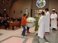 Il mappamondo, donato all'offertorio durante la messa