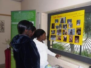 Alcune ospiti del progetto Lape Dream partecipano alla mostra fotografica