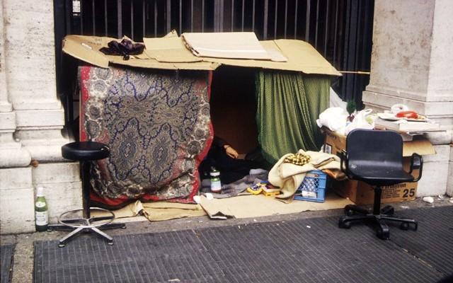 Un senzatetto cerca riparo fra i cartoni