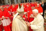 Papa Francesco saluta il predecessore Benedetto XVI durante il Concistoro