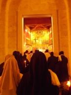 Alcune suore fanno ingresso nella chiesa dello Spirito Santo
