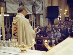 Un parroco pronuncia l'omelia, durante la Santa Messa