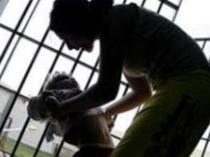 Una madre detenuta insieme a suo figlio