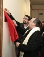 L'arcivescovo Valentinetti scopre la targa aiutato dal bibliotecario Luca Mazzocchetti