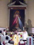Mons. Valentinetti prega davanti l'Eucaristia, all'altare della reposizione