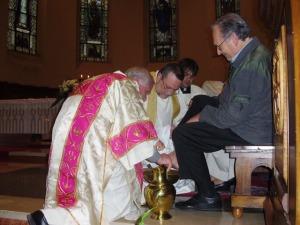 L'arcivescovo Valentinetti lava i piedi ad un religioso