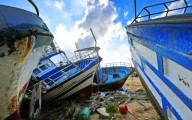 Alcuni barconi, utilizzati per il trasporto dei migranti, abbandonati