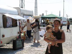 Una famiglia rom all'interno di un campo