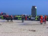 Alcune squadre di volontari simulano lo spegnimento di principi  d'incendi boschivi