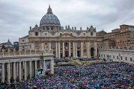Migliaia i fedeli presenti in piazza San Pietro, sotto una pioggia battente