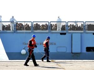 Un gruppo di migranti recuperati in mare e trasferiti in Italia