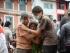 Alcuni superstiti del devastante terremoto, magnitudo 7.9, che ha distrutto il Nepal