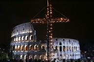 La croce al centro della Via Crucis del Colosseo