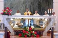 L'arcivescovo Valentinetti, presiede la liturgia sull'altare collocato al di sopra dell'urna che raccoglie le reliquie del Beato Nunzio