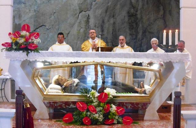 Messe feires på alteret i Pescosansonesco hvor hans relikvier oppbevares