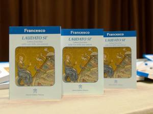 Le prime copie dell'enciclica Laudato sì, presentata stamani in Vaticano