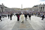 Diecimila fedeli piazza San Pietro per l'udienza generale